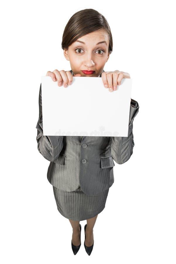 Señora de los asuntos divertidos que muestra la bandera vacía blanca con el lugar para su texto imagenes de archivo