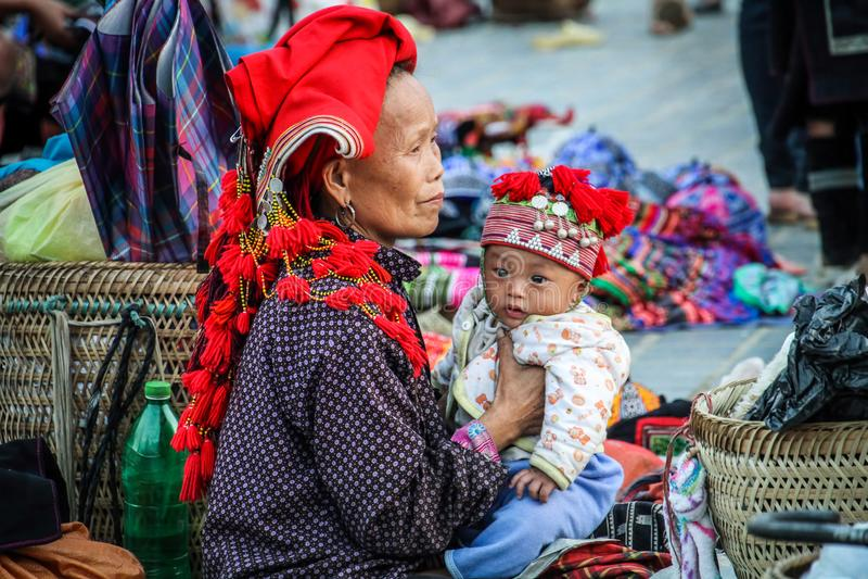Señora de Mong del ` de H que se ocupa a su niño, sapa, Lao Cai, Vietnam imágenes de archivo libres de regalías