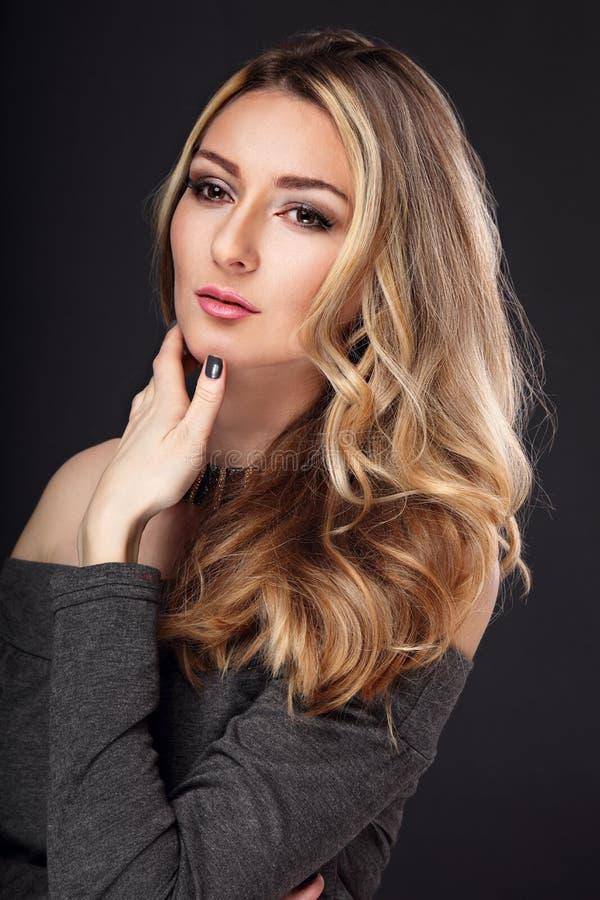 Señora de pensamiento del negocio con el pelo rubio largo y la mirada pensativa encendido fotografía de archivo libre de regalías