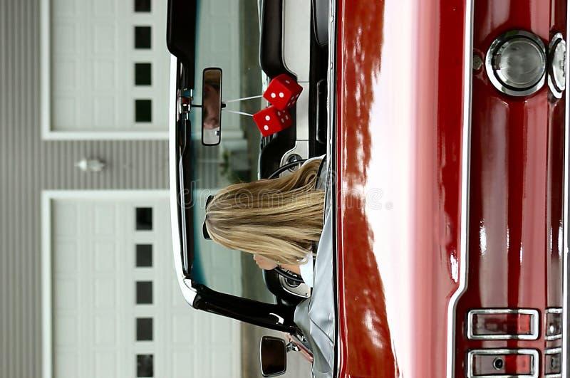 Señora de Yong en coche de deportes convertible fotos de archivo libres de regalías