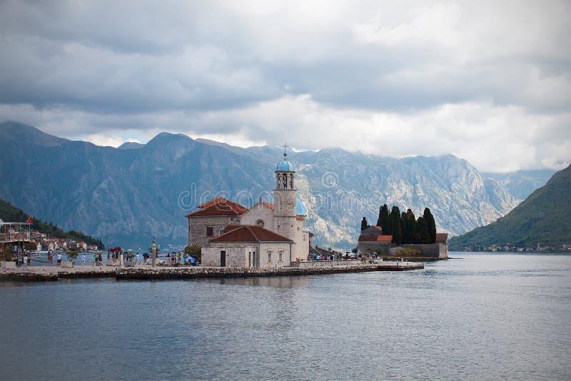 Señora del krpjela de Gospa od Åde las rocas, monasterio de la isla, bahía de foto de archivo libre de regalías