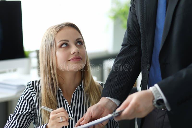 Señora del negocio que discute el contrato fotografía de archivo