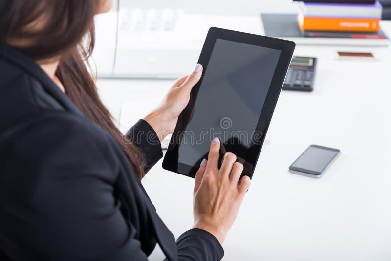 Señora del negocio que trabaja con el ordenador portátil Cierre para arriba foto de archivo libre de regalías