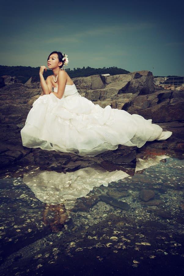 Señora del vestido de boda en el acantilado fotos de archivo libres de regalías