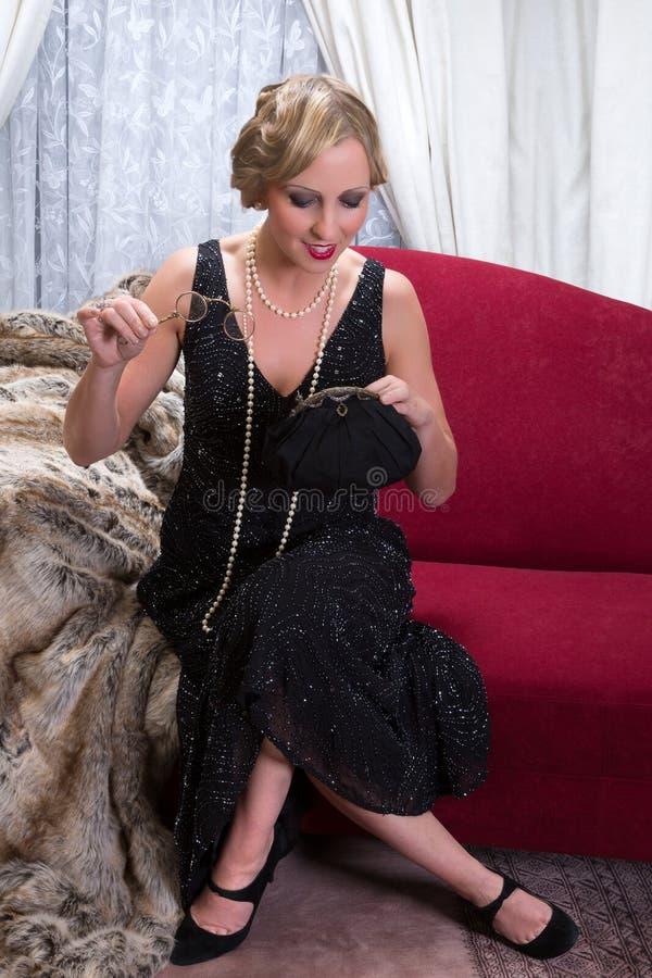 Señora del vintage con el monedero imagen de archivo