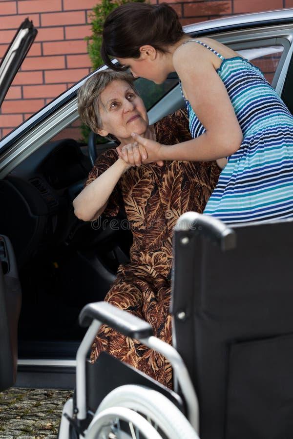 Señora discapacitada antes de conducir fotografía de archivo libre de regalías