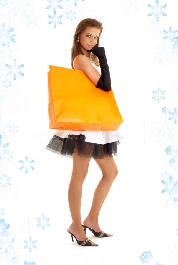 Señora elegante con el bolso de compras y el snowflak anaranjados imagen de archivo