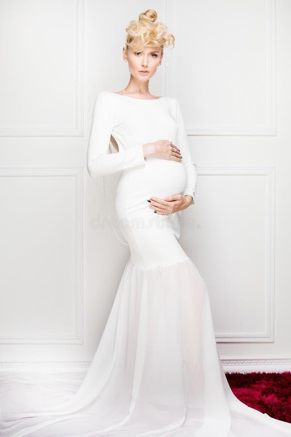 Señora elegante embarazada feliz fotos de archivo