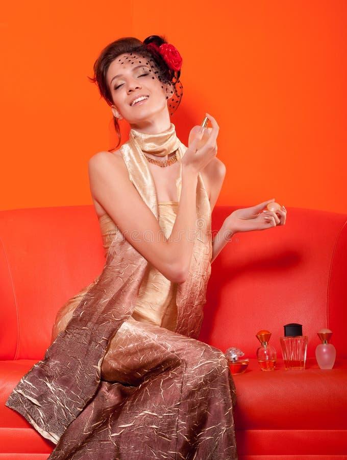 Señora elegante hermosa que prueba perfumes imagen de archivo libre de regalías