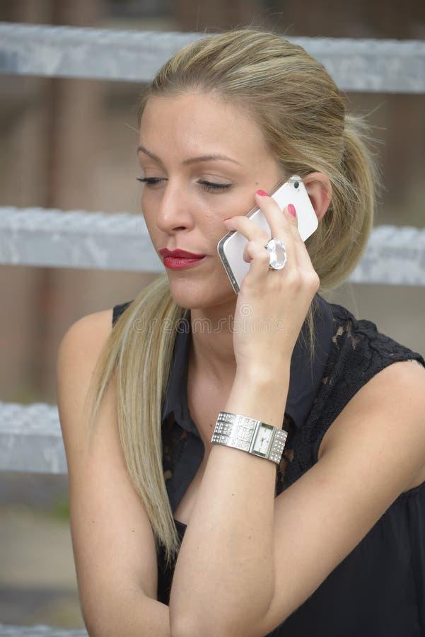 Señora elegante que hace llamada de teléfono imagen de archivo libre de regalías