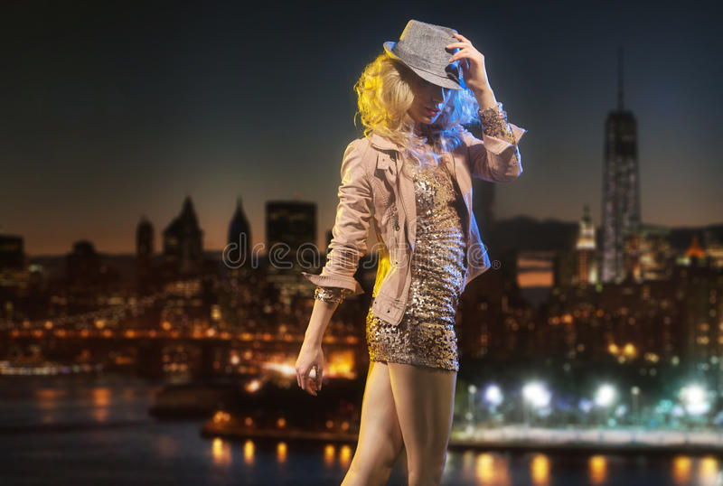 Señora elegante sensual con el sombrero misterioso imagen de archivo libre de regalías