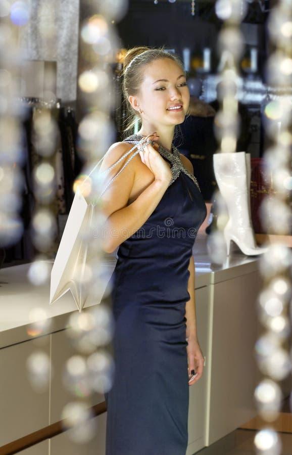 Señora En El Boutique Foto de archivo libre de regalías