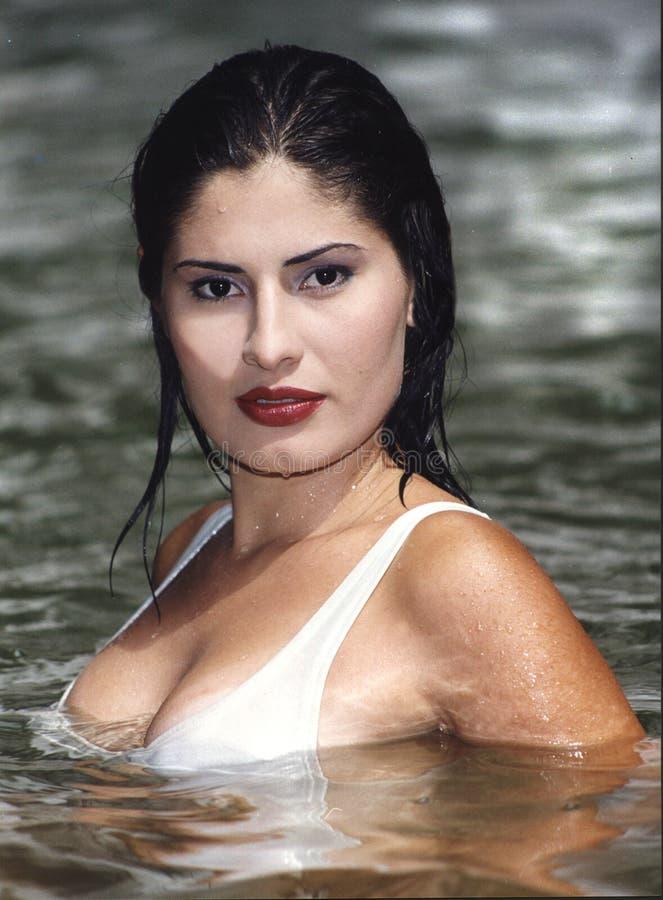 Señora en el río fotos de archivo