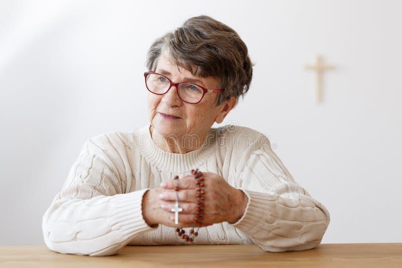 Señora en la capilla fotografía de archivo libre de regalías