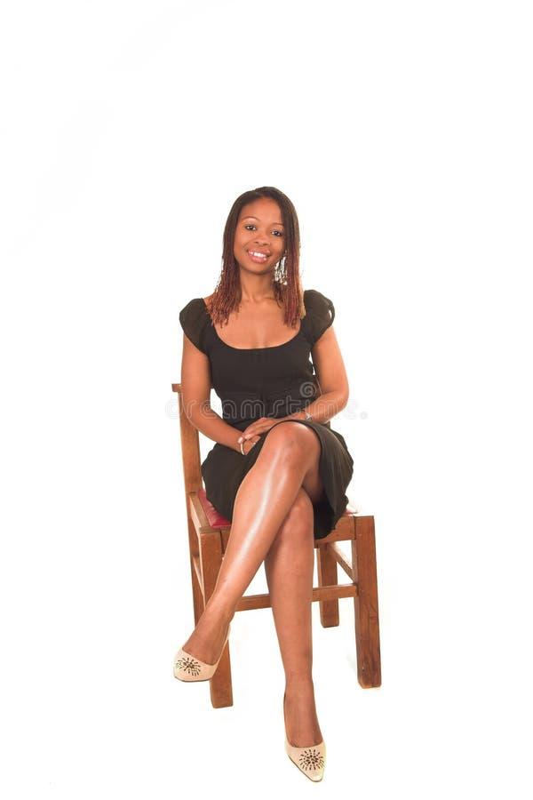 Señora en la sentada negra de la alineada imagenes de archivo