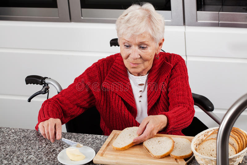 Se ora en la silla de ruedas que hace el desayuno imagen for Silla que se hace escalera