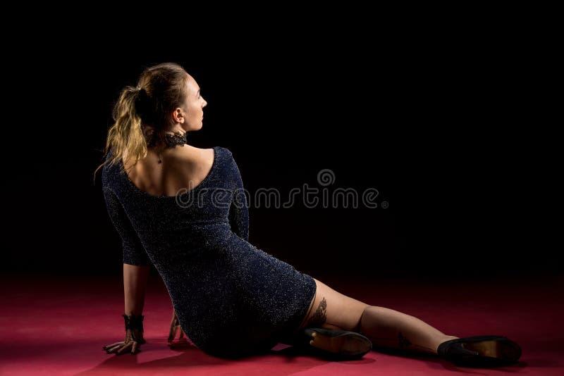 Señora en la situación azul del vestido y presentación en estudio Retrato de la mujer elegante hermosa en vestido de noche brilla fotografía de archivo