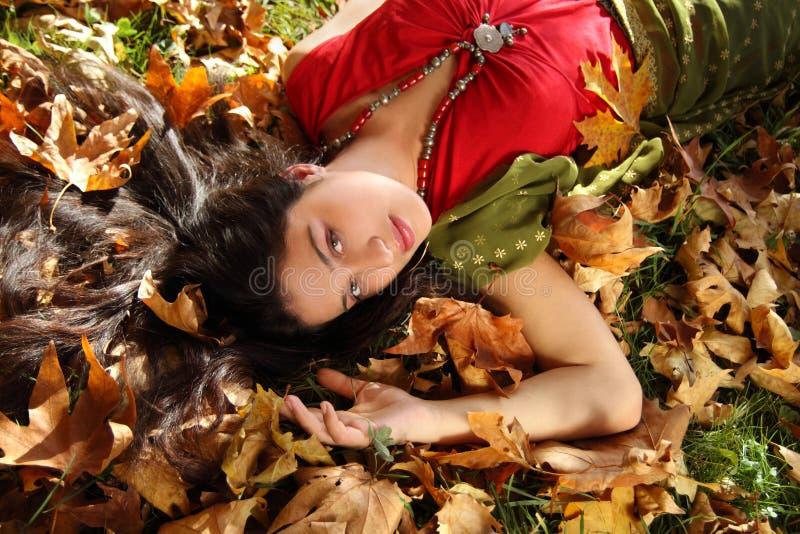 Señora en parque del otoño fotografía de archivo libre de regalías