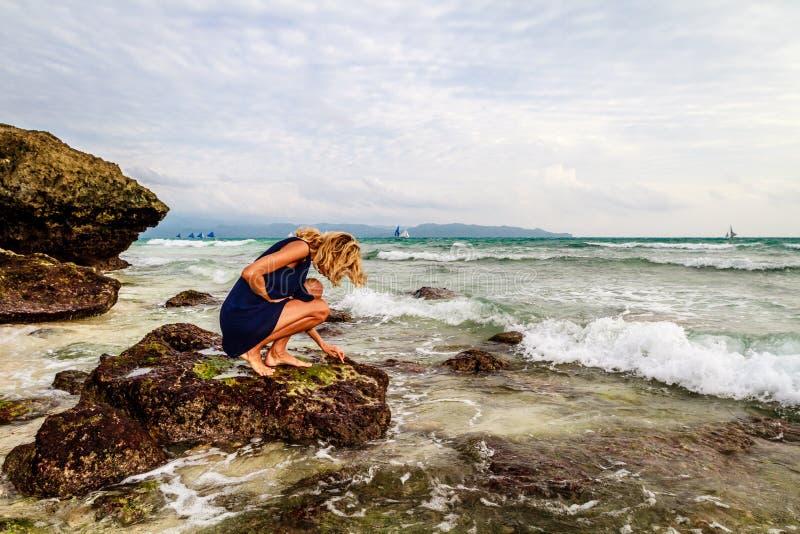Señora en rocas en la costa, isla de Boracay, Filipinas foto de archivo libre de regalías