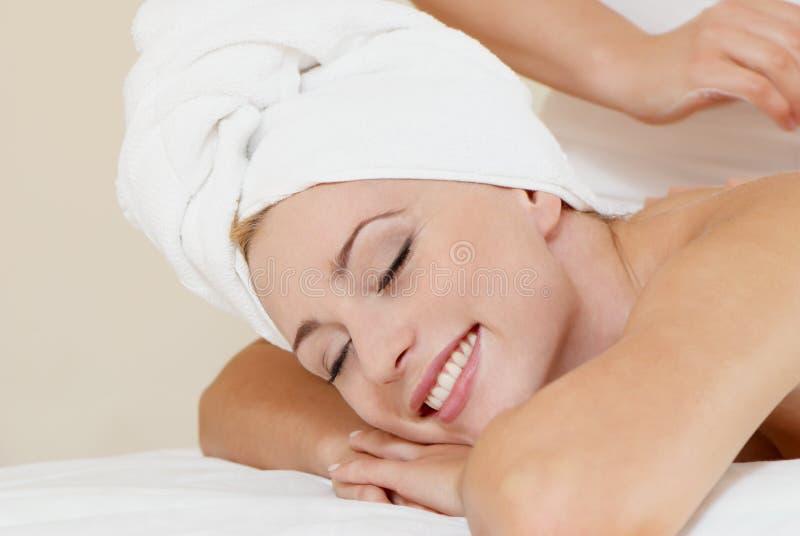 señora en salón del masaje fotografía de archivo libre de regalías