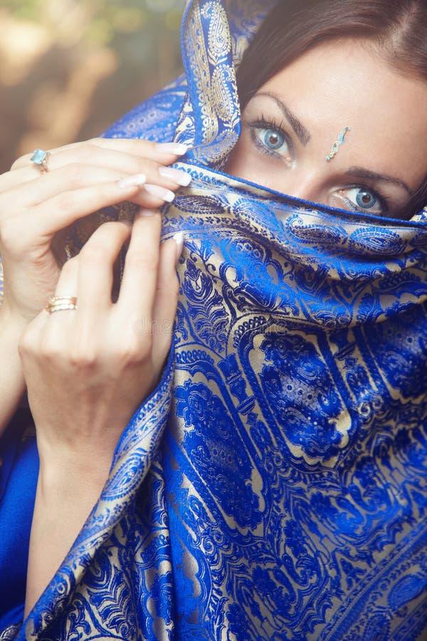 Señora en sari imagenes de archivo