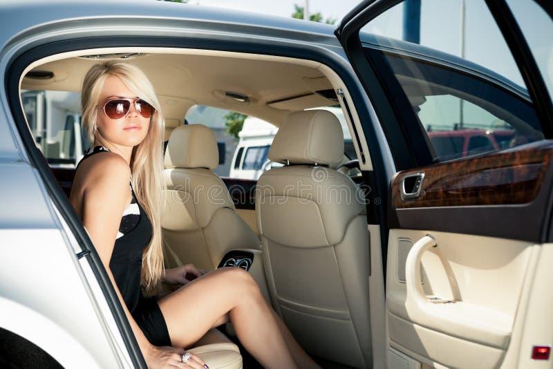 Señora en un coche de lujo fotografía de archivo