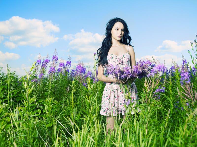 Señora en un prado de la flor imagen de archivo