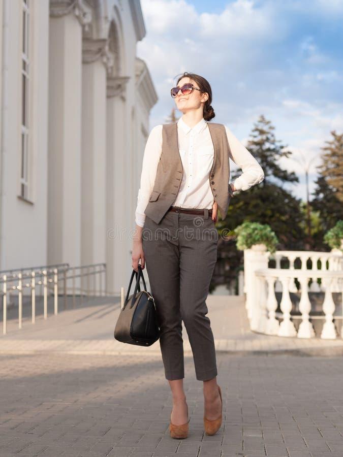 Señora en un traje de negocios, bolso foto de archivo