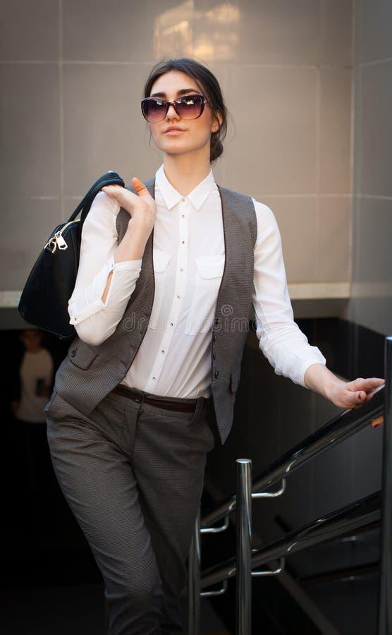 Señora en un traje de negocios, bolso fotos de archivo libres de regalías