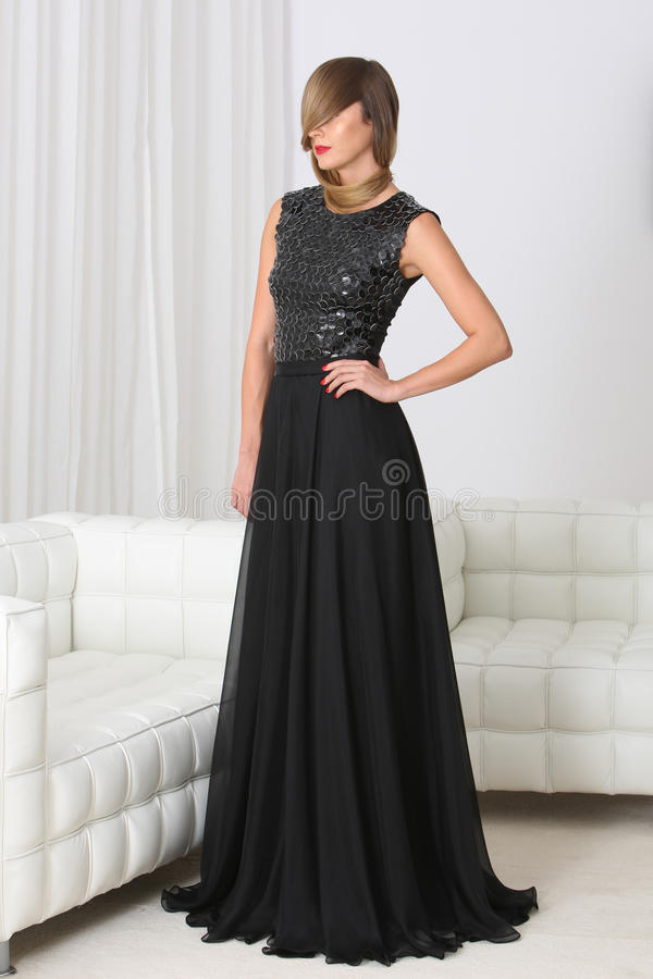 Señora en vestido negro foto de archivo