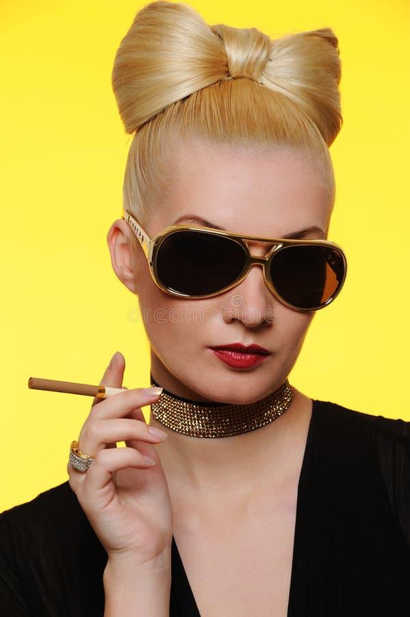señora encantadora con un cigarrillo imagen de archivo libre de regalías