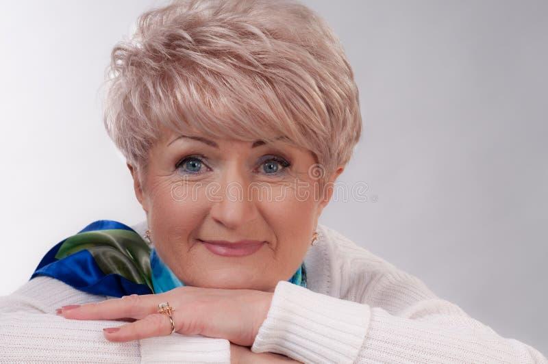 Señora envejecida encantadora en blanco fotos de archivo libres de regalías