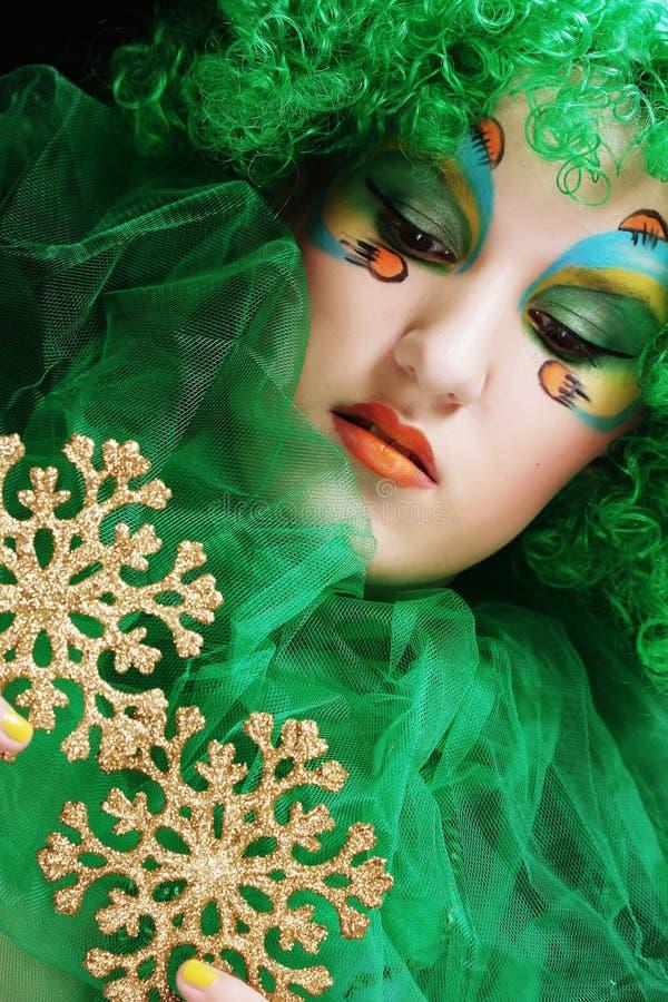 Señora hermosa con el maquillaje artístico que sostiene decoratio de la Navidad fotos de archivo