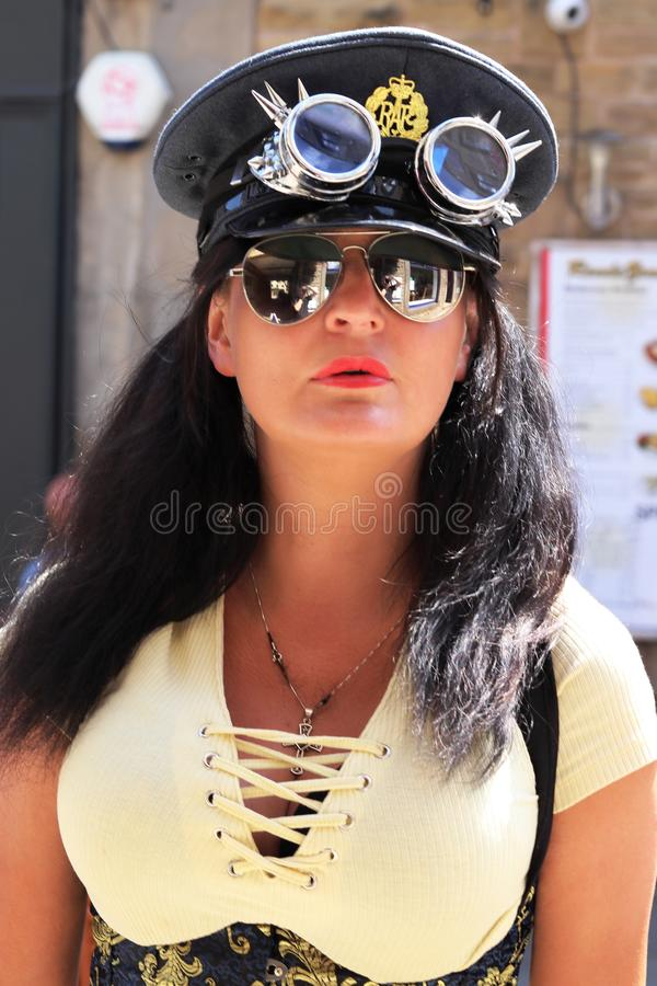 Señora hermosa de Steampunk del puente de Hebden con el sombrero de Steampunk con las gafas imagen de archivo