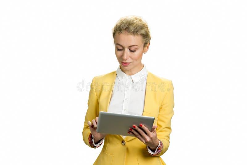 Señora hermosa del negocio que trabaja en la tableta de la PC fotografía de archivo libre de regalías