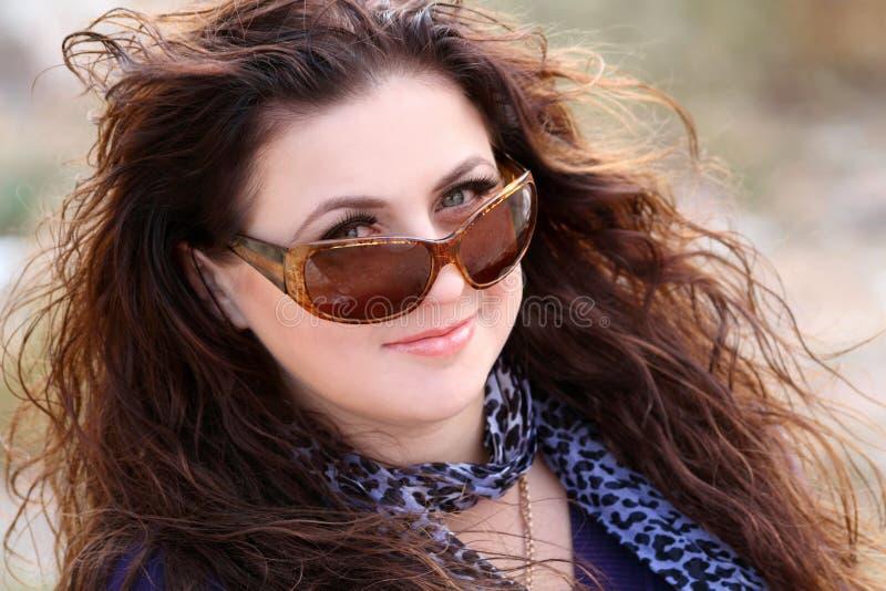 Señora hermosa en gafas de sol fotos de archivo