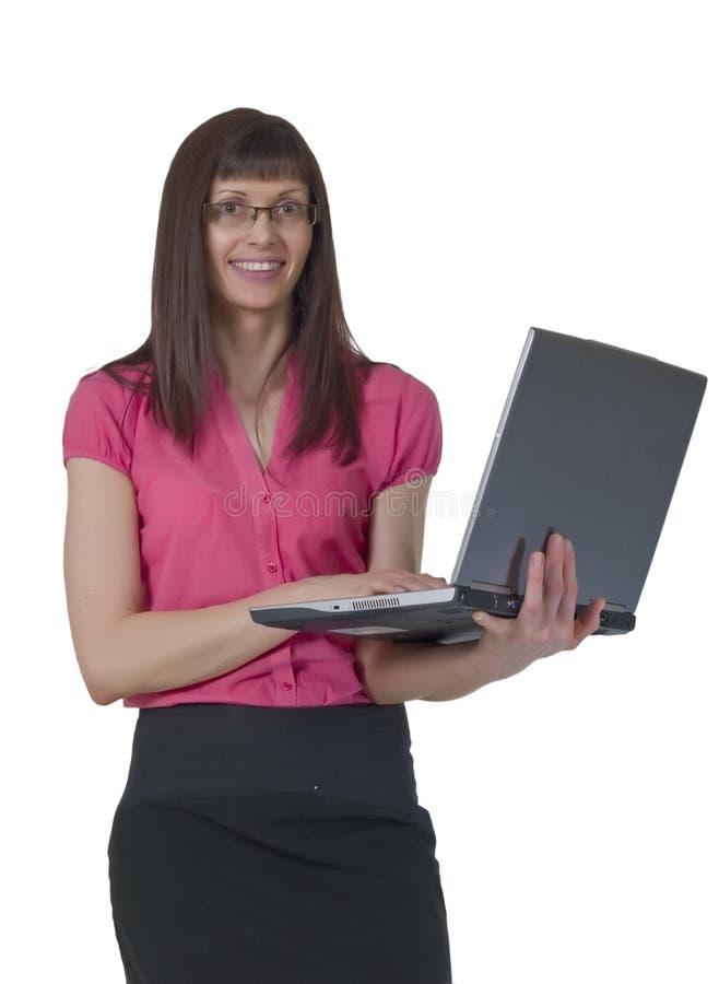 Señora hermosa feliz que usa la computadora portátil foto de archivo