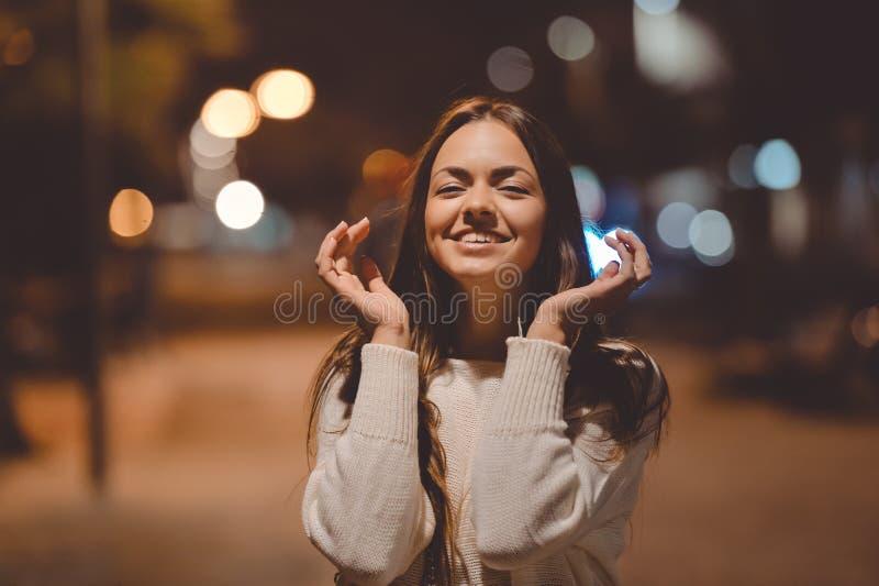 Señora hermosa joven alegre con sonrisa fascinadora imagenes de archivo
