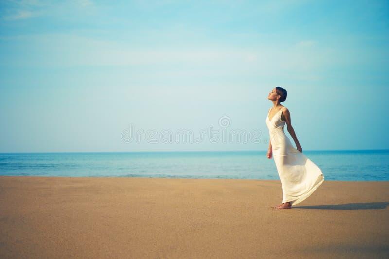 Señora hermosa joven en la playa imagen de archivo