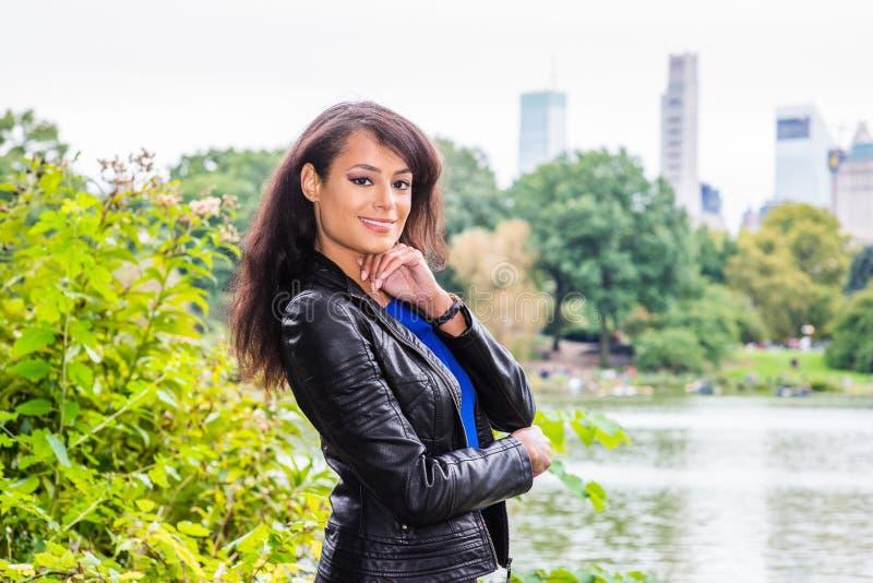 Señora hermosa joven que viaja en el Central Park, Nueva York fotos de archivo