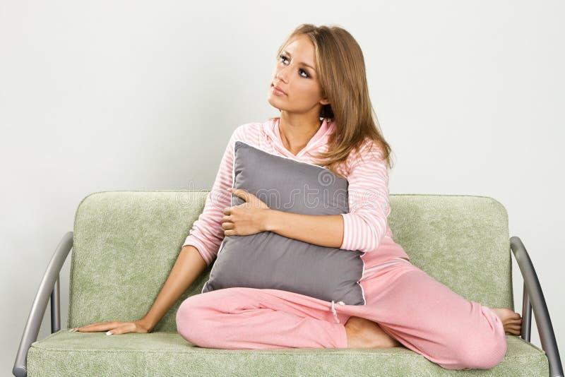 Señora hermosa soñadora en pijamas imagen de archivo libre de regalías