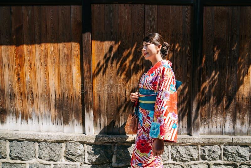 Señora japonesa que camina con el vestido tradicional fotos de archivo libres de regalías