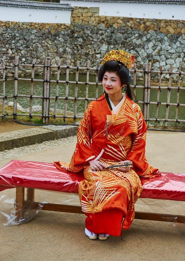 Señora japonesa que lleva el kimono tradicional en un castillo de Himeji, el 23 de noviembre de 2016 en Himeji, Japón foto de archivo