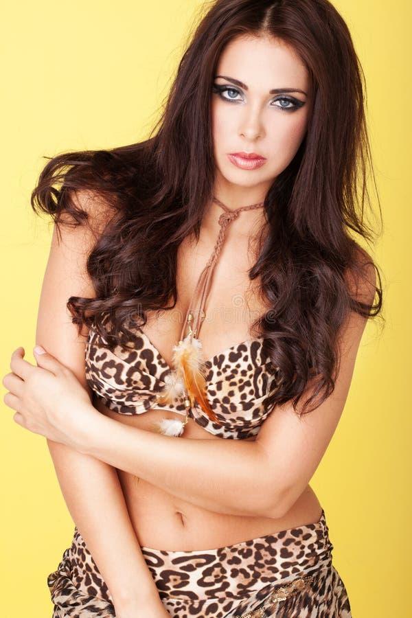 Señora joven atractiva en equipo de la impresión del leopardo fotos de archivo