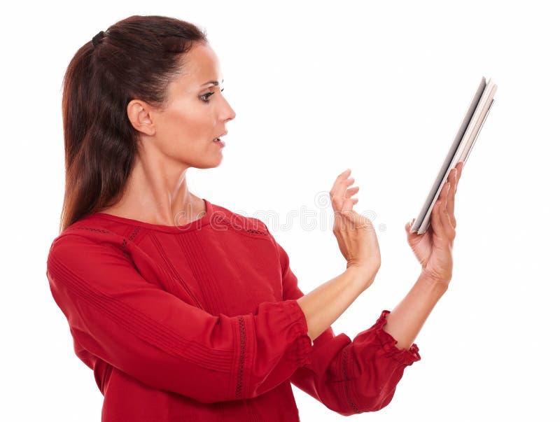 Señora joven atractiva que usa su PC de la tableta imágenes de archivo libres de regalías