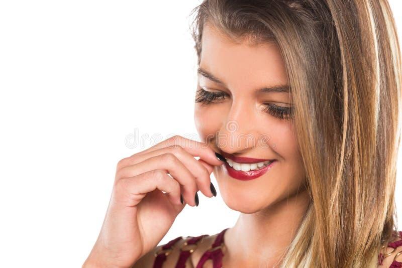 Señora joven de Beautyful que presenta en estudio imagen de archivo