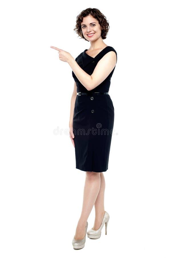Señora joven de moda que indica de lado foto de archivo libre de regalías