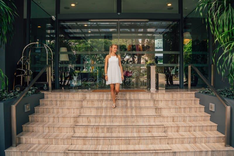 Señora joven del negocio que camina abajo de las escaleras imagen de archivo
