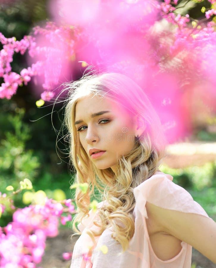 Señora joven elegante que disfruta del paseo en jardín floreciente, concepto del tiempo de primavera Retrato de la muchacha hermo fotografía de archivo
