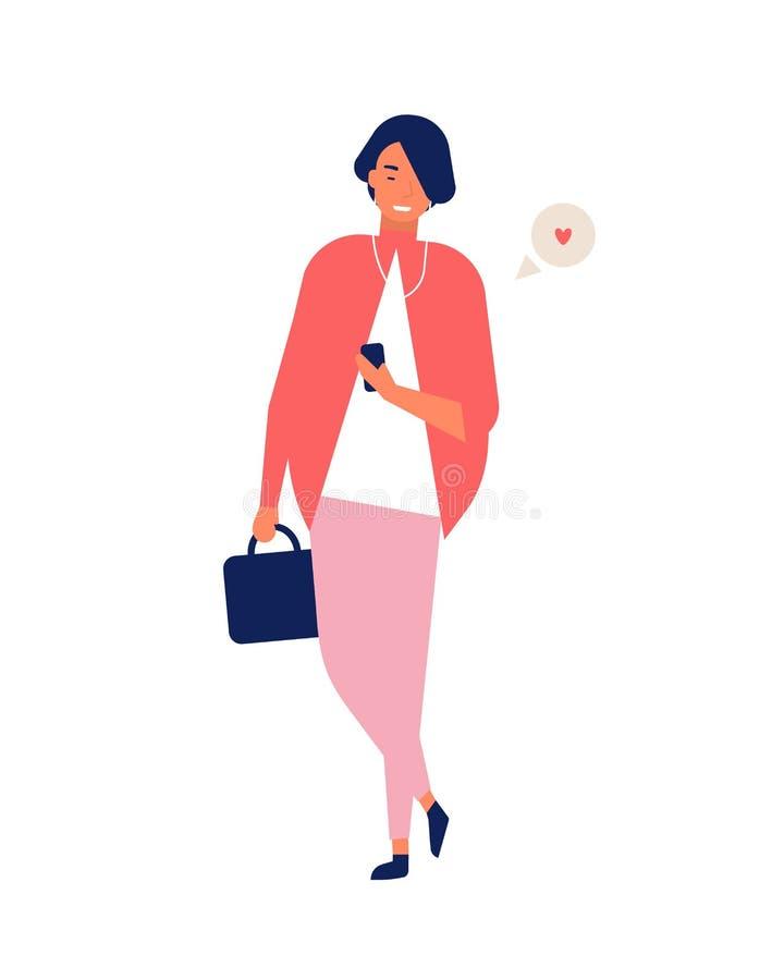Señora joven elegante que envía mensajes en smartphone mientras que camina Mujer sonriente que usa al mensajero en línea en el te stock de ilustración